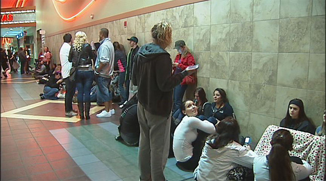 'Twilight' fans line up for midnight opening (4)