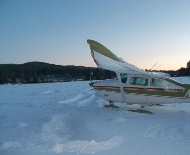 Plane crashes on snow-covered Oregon runway