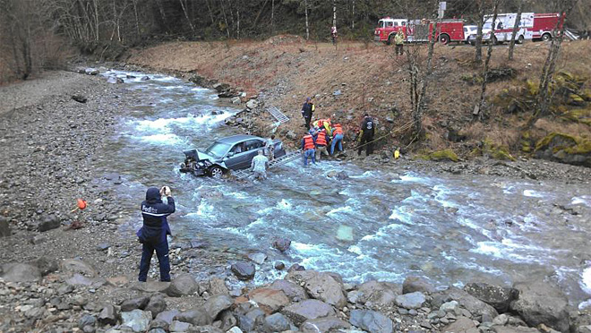 Car goes off Hwy 22, crashes into creek