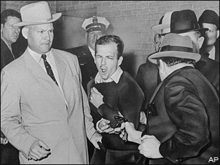 Detective handcuffed to Oswald can't escape photo