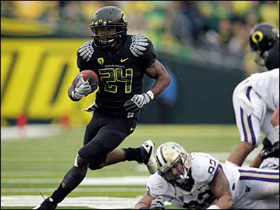 Oregon running back Kenjon Barner (24) runs past Washington defensive end Everrette Thompson
