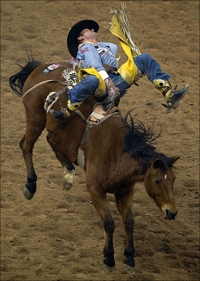 Oregon cowboy rides bronc to $30K at National Finals Rodeo