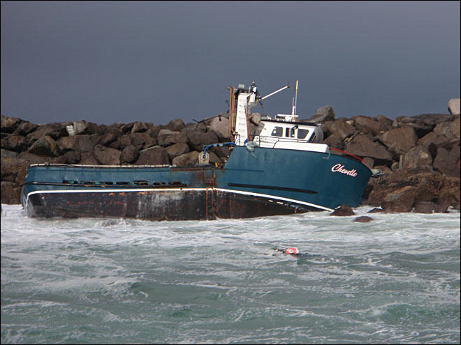 Fishing boat sinks in Yaquina Bay