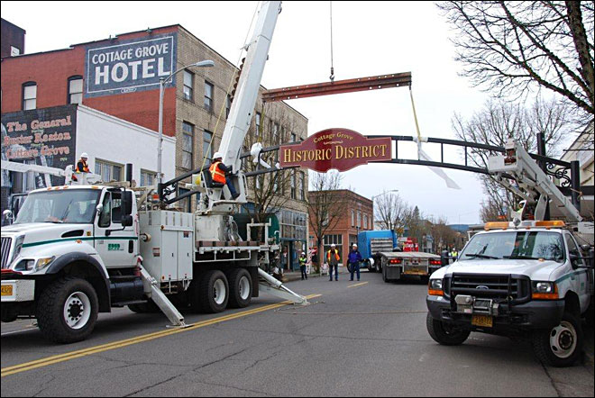 Crews install new gateway arch in Cottage Grove