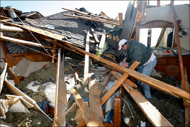 Residents digging out after tornadoes hit Midwest