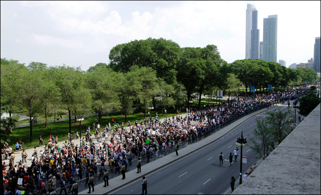 Thousands begin NATO protest march through Chicago