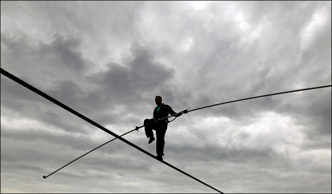 Wallenda to be tethered to Niagara Falls tightrope