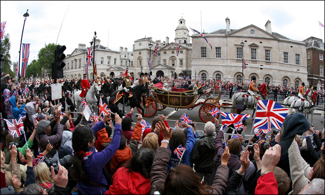 Crowds cheer Queen Elizabeth on last day of Jubilee