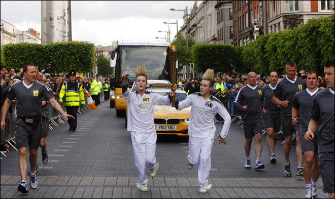 Olympic flame crosses Irish border, tours Dublin
