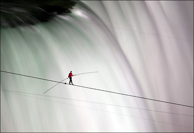 Wallenda exuberant after wire walk across Niagara Falls