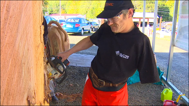 One-armed chainsaw carver is a cut above