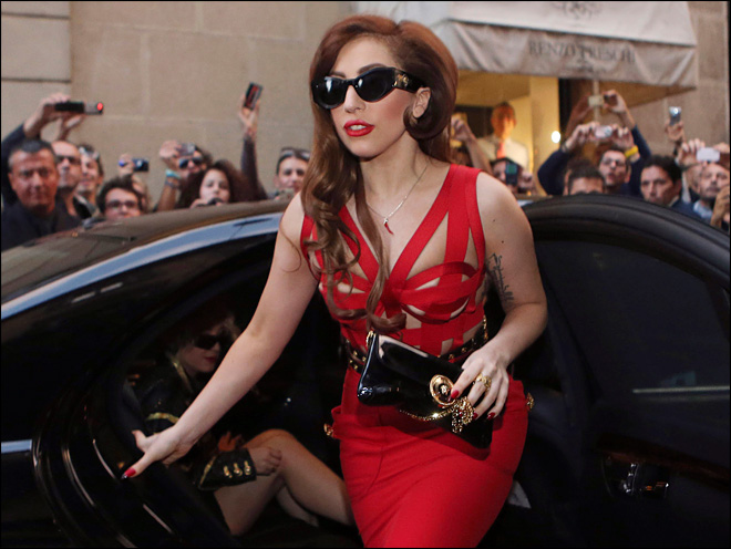 Lady Gaga tweets some racy images before concert
