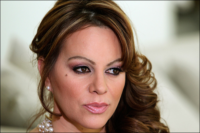 Victims' relatives sue Jenni Rivera's company over crash