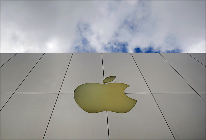 Lawsuit alleges Apple shortchanges store workers