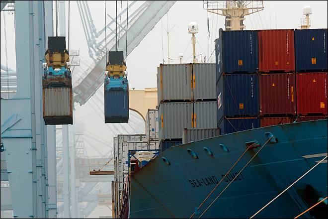 U.S. trade gap narrows sharply in 4th quarter