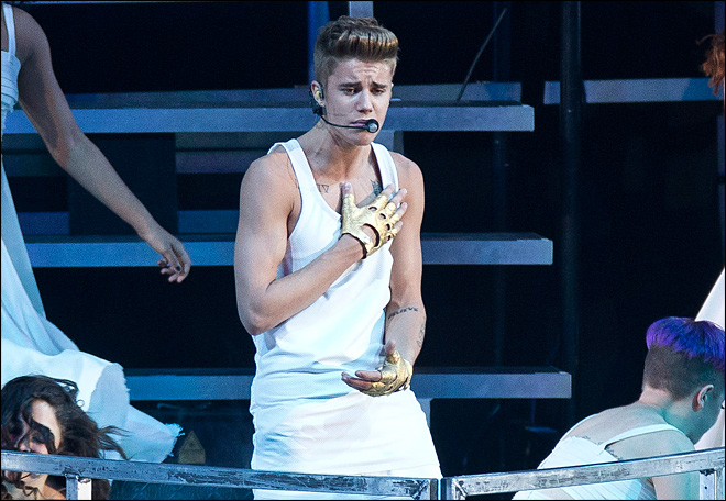 Bieber recovering after fainting at concert
