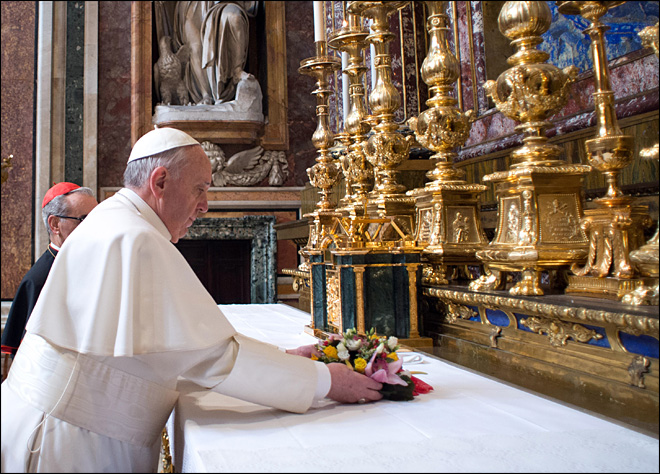 New style of papacy: Pope Francis pays hotel bill, gets bags