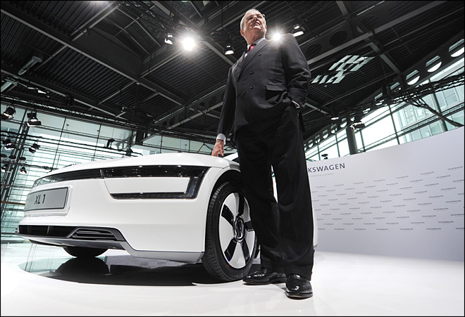 Volkswagen CEO stresses cautious outlook