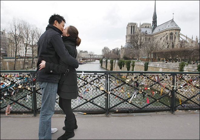"""French kiss"" finally enters French dictionary"