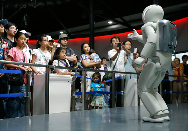 Honda's glitchy robot museum guide not yet a people person