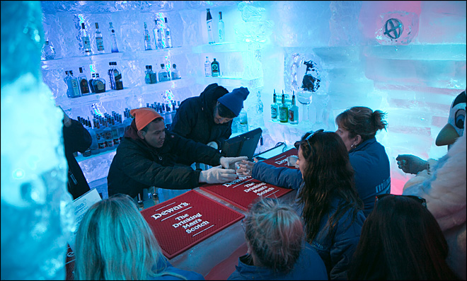 Ice bar helps sweltering New Yorkers beat the heat