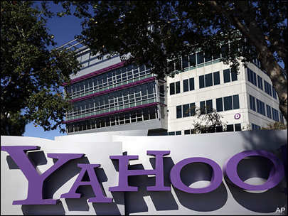 Investors fret over Yahoo's future as stock dips