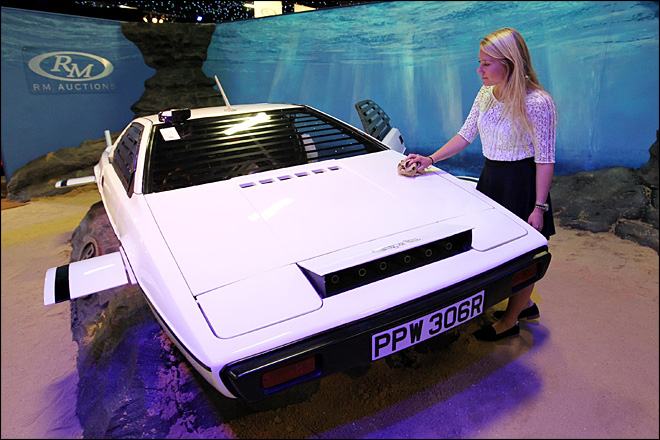 007 'submarine car' sells for $865,000