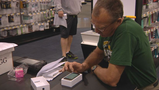 iPhone Friday: Customers react to new models on store shelves