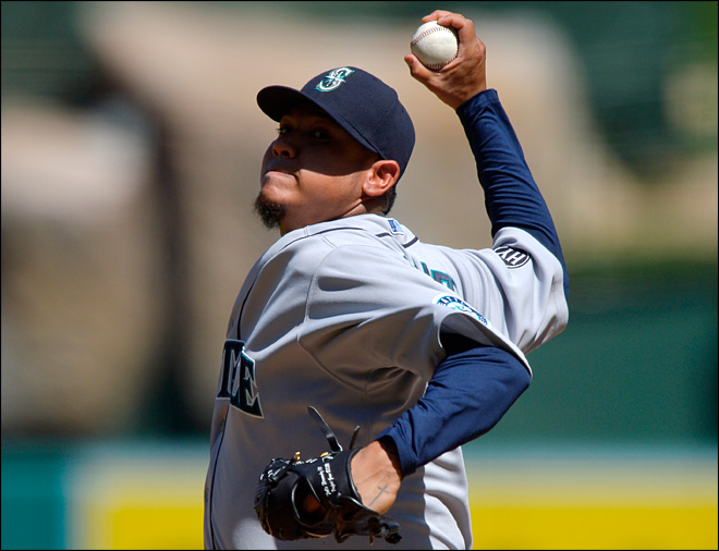 Swarming bees delay Mariners' 3-2 win over Angels