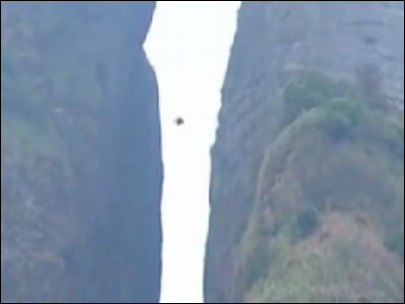 American wingsuiter successfully flies through narrow valley