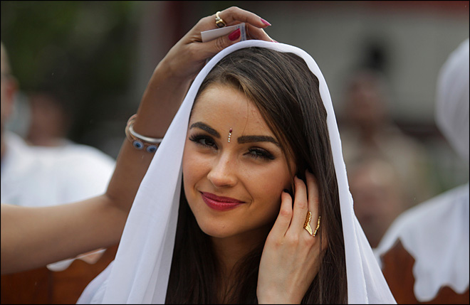 Miss Universe in trouble for photo shoot at Taj Mahal