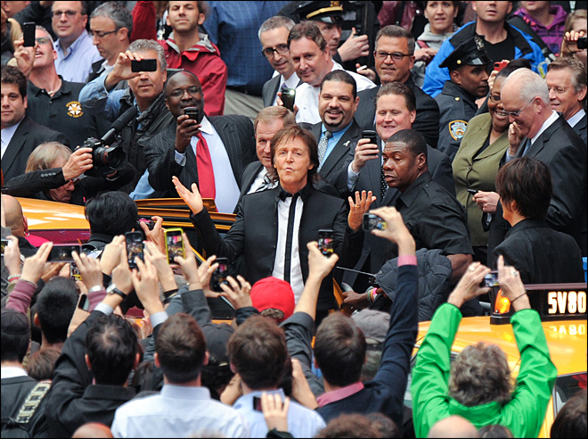 McCartney gives impromptu concert in Times Square