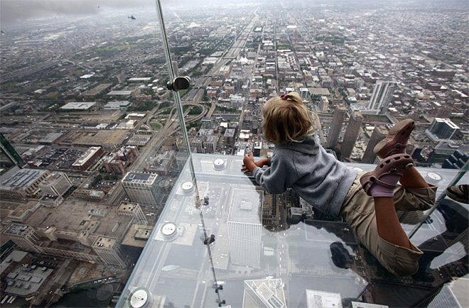 Cracks appear on glass ledge at Chicago's Willis Tower