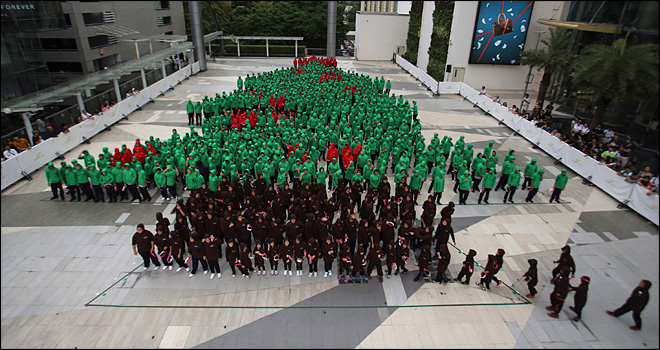 852 Thai children set human Christmas tree record