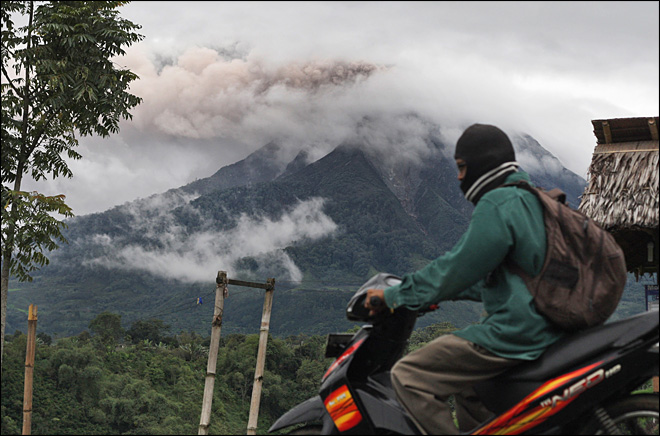 Indonesia rumbling volcano unleashes fresh burst