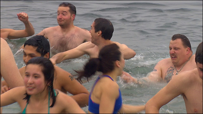 Hundreds of brave souls take Polar Bear Plunge at Alki Beach