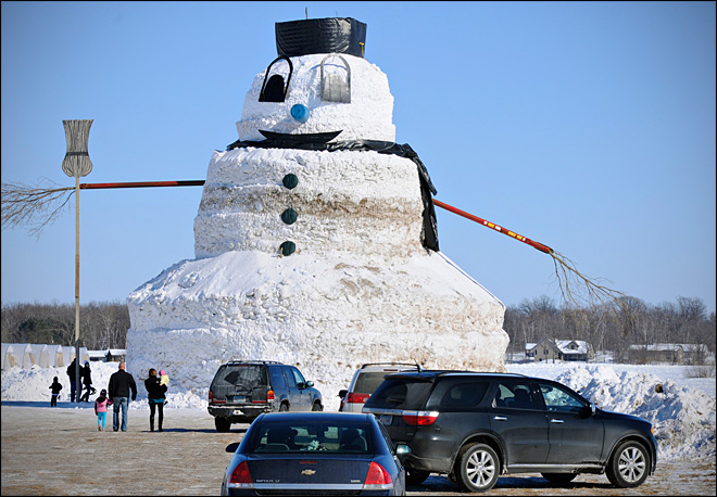 Minnesota farmer creates granddaddy of a snowman