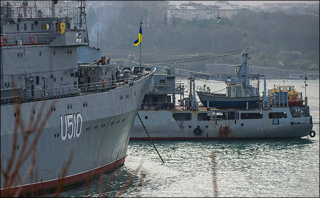 Pro-Russian crowds seize 2 Ukrainian warships