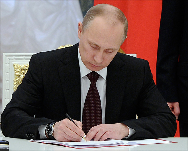 Putin formally annexes Crimea as Ukraine, Europe sign deal