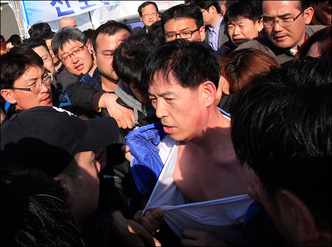 Families of ferry's lost confront S. Korea officials