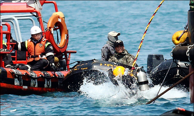 Divers battle darkness, fear to find bodies in sunken ferry