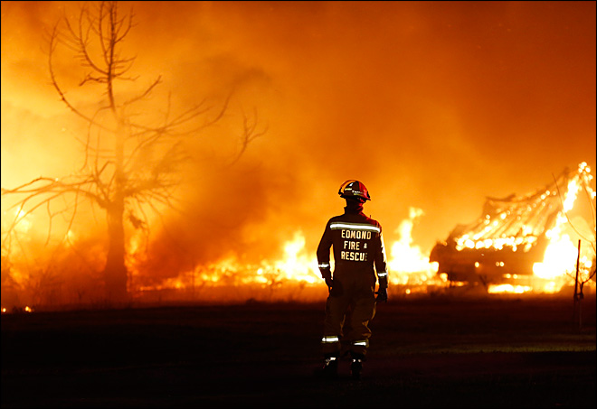1,000 evacuate as wildfire razes Oklahoma homes