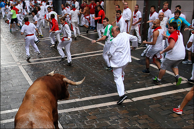 Bull gores 3 in hair-raising final running of bulls in Spain
