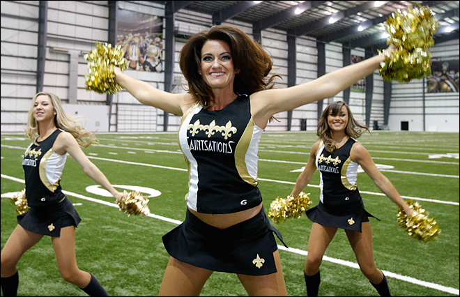 Mother of 2 makes NFL cheerleading squad at age 40