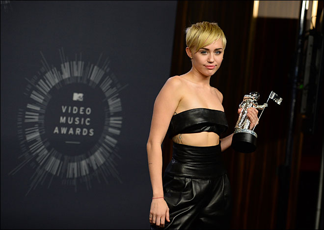 Homeless man with Miley Cyrus at VMA's has Oregon arrest warrant
