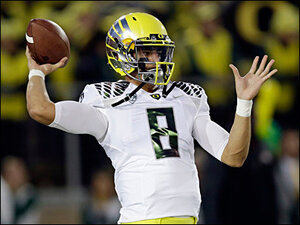 QB Mariota, center Grasu forgo NFL to stick with Ducks