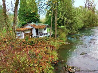 Quaint Little Home On The Creek