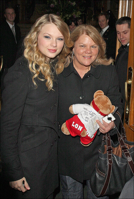 Taylor Swift arriving at her hotel with her mother