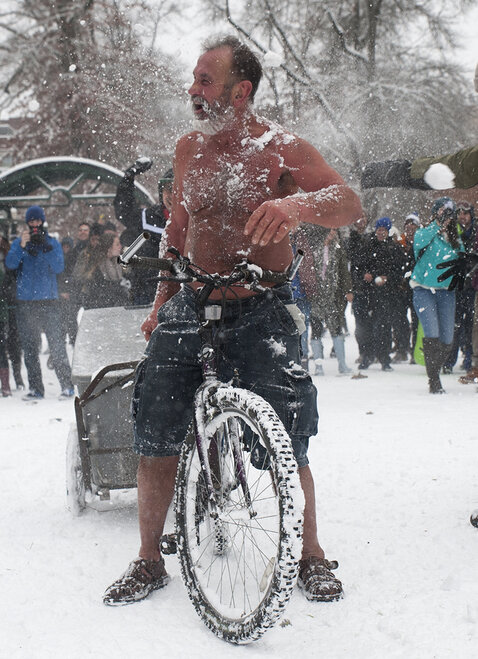Duck football team challenges Oregon campus to snowball fight (8)