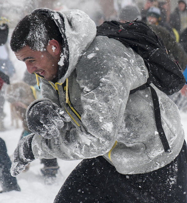 Duck football team challenges Oregon campus to snowball fight (3)